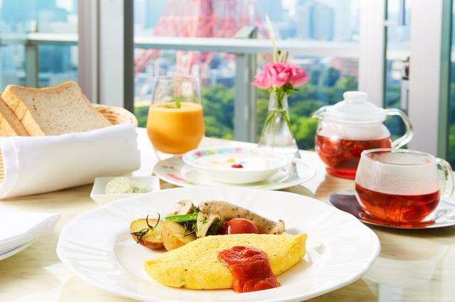 画像: ローズマリーやシブレット、セルフィーユやエストラゴンなどのハーブを朝食の全メニューに使用。インルームダイニングで提供するので、香り豊かでゆったりとした朝時間をお過ごしいただけます。 <朝食メニュー> ・あんずとクコの実のジュース ・シブレットとチーズのオムレツ、ローズマリー風味のポテト、ハーブ入りソーセージ、温野菜添え ・ヨーグルト 伊予柑とペパーミントのシロップとともに ・穀物パンのトースト ハーブ入りのバターを添えて