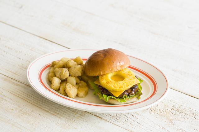 画像: ◇パイナップルバーガー ビーフ100%のジューシーなハンバーグの上に、グリルしたパイナップルを乗せ、BBQソースをたっぷりと絡めたハンバーガー。パイナップルの甘さと肉のうま味が絶妙にマッチした一品。 価格:1,280円(税別)