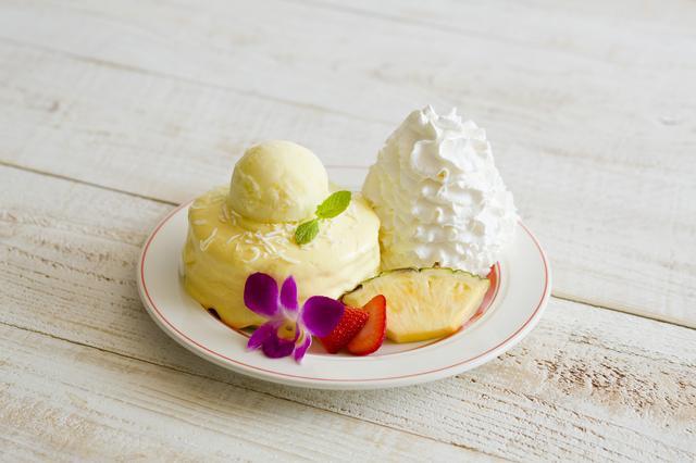 画像: ◇パインココ・パンケーキ パンケーキにはココナッツとたっぷりのパイナップルを入れて焼き上げ、パイナップルのカスタードクリームをたっぷりとかけた夏らしいパンケーキ。涼やかにパイナップルソルベも一緒にお楽しみください。 価格:1,500円(税別)