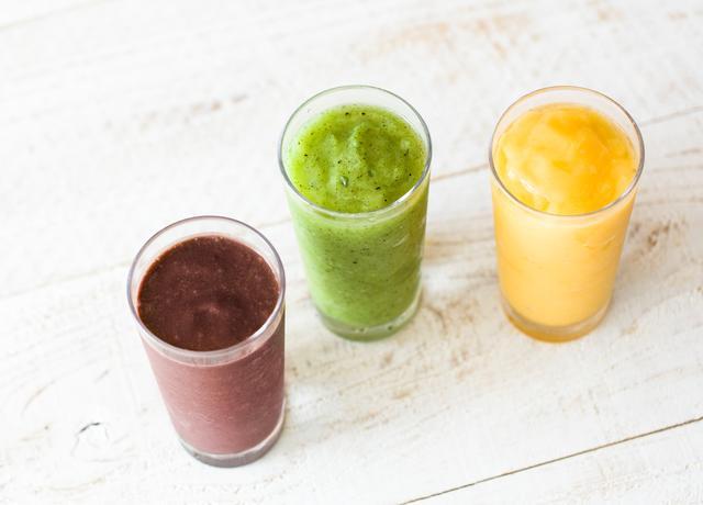 画像: ◇アサイーバナナスムージー スーパーフードのアサイーにバナナ、ヨーグルトを加えたヘルシーで美容にも嬉しいスムージー。 アサイーにはアミノ酸、オレイン酸、ビタミンなども含まれており、ポリフェノールをはじめ、鉄分、食物繊維、カルシウムなどの栄養も美味しく摂取できます。 ◇キウイミントスムージー フレッシュキウイの甘酸っぱさとミントの爽やかな風味を楽しめるさっぱりとしたスムージー。 ◇マンゴーパインスムージー マンゴーの果肉に甘酸っぱいパイナップルの果汁を加えた夏らしいスムージー。
