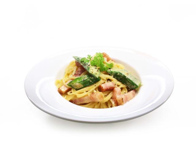 画像: おくらとベーコンの豆乳カルボナーラ 優しい味わいの豆乳を使用したカルボナーラは大ぶりにカットしたオクラとベーコンをトッピング。