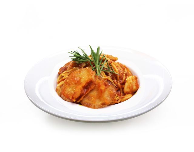 画像: ローズマリーチキンとポテトのトマトソースパスタ ローズマリー風味のチキンとポテトを合わせたボリュームたっぷりのトマトソースパスタ。