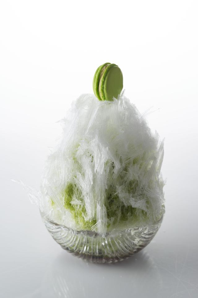 画像: ・抹茶・・・緑色が鮮やかな香り豊かな抹茶のソースがグレードアップして登場。内閣総理大臣叙勲『勲六等瑞宝章』など、数々の賞に輝く京の名匠 山下壽一名人が作る最高傑作玉露を使い、旨味、甘味ともに引き立った上品な味が楽しめます。さらに、舌触りのすっきりした羊羹ジュレと相性抜群の自家製黒蜜あんこと食感を出すために丹波の黒豆を使用しました。