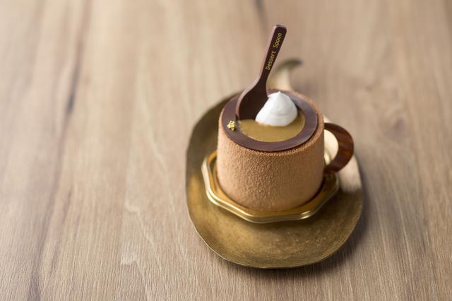 画像: ◆シナモンとバナナのコーヒーケーキ 550円 バナナクリームとシナモンクリームを閉じ込めたコーヒームースをミルクチョコレートで覆いました。チョコレートで作った持ち手とスプーンを添えて、コーヒーカップに見立てたかわいらしいデザインは、食べてしまうのがもったいないくらいの仕上がりです。