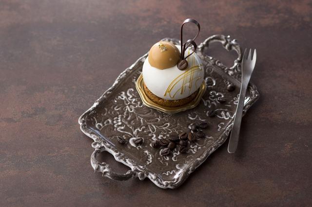 画像: ◆エスプレッソとキャラメルのムース 550円 コーヒー味のクッキーの上にドーム型のエスプレッソムースをのせ、ホワイトチョコでコーティングしたスイーツです。ムースの中には、エスプレッソを染み込ませたスポンジを閉じ込め、トップをミニサイズのキャラメルムースでかわいらしく飾り付けしました。ほろ苦いエスプレッソにキャラメルの甘味が絶妙にマッチします。