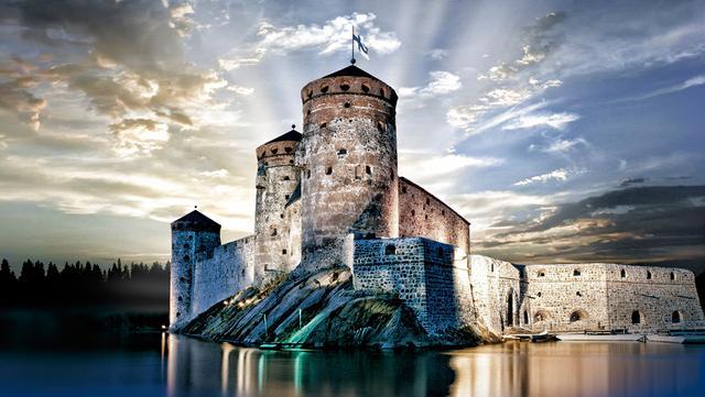 画像: サヴォンリンナは、ヘルシンキから北東へ電車で4時間ほどの場所にある湖水地方にある街です。見どころは、街のシンボルとなっているオラヴィ城。そして、夏の間にこの中世のお城で1ヶ月間開かれるオペラ・フェスティバルは、フィンランドのみならず世界中で有名です。20世紀初めにフィンランドのナショナリズムの高まりと共に始まったオペラ・フェスティバルは、戦争などにより、50年ほど中断されていましたが、1967年から再開され、現在も多くの人々を惹きつけて止みません。また、夏場はサイマー湖のクルージングもおすすめ。沈まない太陽に照らされるオラヴィ城を湖から眺めることができます。さらに、サイマー湖には、絶滅危惧種であるサイマーワモンアザラシが生息しています。運が良ければ、かわいらしいアザラシに出会えるかもしれません。