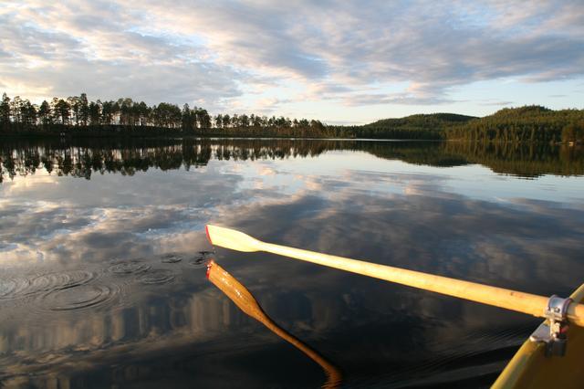 画像: フィンランド北部の人気のリゾート、ルカ村の近くには、たくさんの自然公園があります。中でもオウランカ国立公園は、フィンランドを代表する国立公園です。夏には、カヌーで緩急に富んだ川でラフティングを楽しんだり、カルフンキエッロス(クマの道)と呼ばれる有名なトレッキングコースをたどるのがおすすめ。また、この地域では、昔ながらのスモークサウナを含む様々なタイプのサウナや木造の豪華なサマーコテージでの滞在を楽しむこともできます。ルカ村はフィンランドの人が心に描く「夏の情景」をまさに体感できる場所なのです。さらにフォトジェニックな風景は、世界の写真好きも魅了します。空港があるクーサモへはヘルシンキから飛行機で1時間30分ほどで行けます。