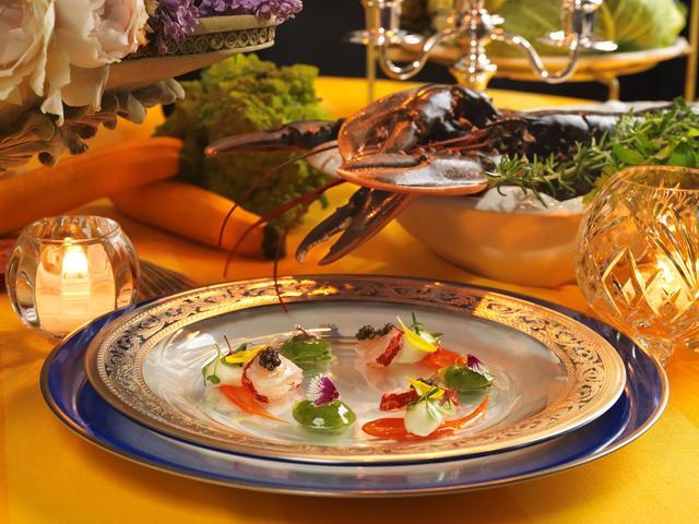 """画像: HOMARD BLEU en carpaccio, sauce Don Carlo et gelée de concombre au parfum de menthe オマール海老とオシェトラキャヴィア ミント風味のジュレとソース ドン・カルロ オシェトラキャヴィアをあしらった、カルパッチョ仕立てのオマール海老を、コニャックが香るオマール海老の """"ソース ドンカルロ""""でお召し上がりいただきます。グリーンが鮮やかなミント風味のジュレが涼やかさを演出しています。"""