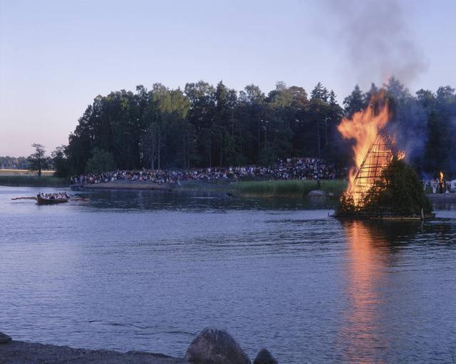 画像: 夏至祭(ユハンヌス)は、フィンランドの人にとって大切な祝日の一つで、盛大にお祝いをします。今年は、イブである6/23、6/24が夏至祭の祝日です。セウラサーリは、ヘルシンキ郊外に浮かぶ島の一つで、夏の間のみ、野外博物館となっています。伝統的な木造建築の建物がフィンランド各地から移築されており、レトロな雰囲気と自然を楽しむことができます。夏至祭の日には、コッコと呼ばれる松明が焚かれ、民族衣装を着た人々が伝統音楽を演奏したり、ダンスを楽しむことができます。また、夏至祭には、恋や結婚にまつわるおまじないがたくさんあり、結婚式が多く行われる日でもあります。未婚の若い女性が7つの花を集めて夏至の夜に枕の下に置いて寝ると、夢に未来のフィアンセが現れる、という白夜にまつわる言い伝えが昔から信じられています。恋愛力アップも兼ねてこの特別な日にフィンランドを訪れてみるのはいかがでしょうか。