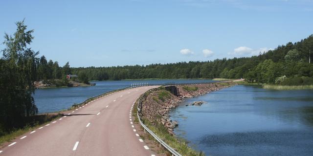 画像: フィンランドの中にありながらスウェーデン語圏自治領であるオーランド諸島は、ヘルシンキから飛行機、あるいはヘルシンキ、トゥルクからフェリーで首都マリエハムンまで行くことができます。オーランド諸島には、約6,500の島が存在しますが、そのうち人が住んでいるのは、約60の島だけです。おすすめはサイクリングでの群島巡り。美しい風景、平坦な道、そして、交通量の少なさ、と、オーランド諸島はまさにサイクリングにうってつけの場所です。橋やフェリーを利用して、島から島への移動も簡単です。20世紀に造られた木造の貨物船であるポンメルン号を覗いてみるのもよいでしょう。実は、このオーランド諸島が自治領として確立された背景については、当時国際連盟の事務次長であった新渡戸稲造が大きく関わっています。