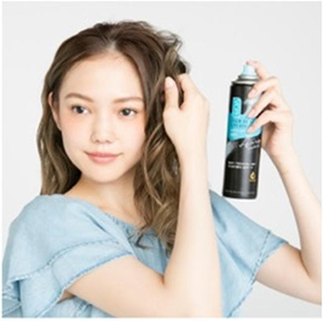 画像: ①巻いた髪にスプレイしながら手でくしゅくしゅともみ込んで、ゆるっとした柔らかなニュアンスをメイク。