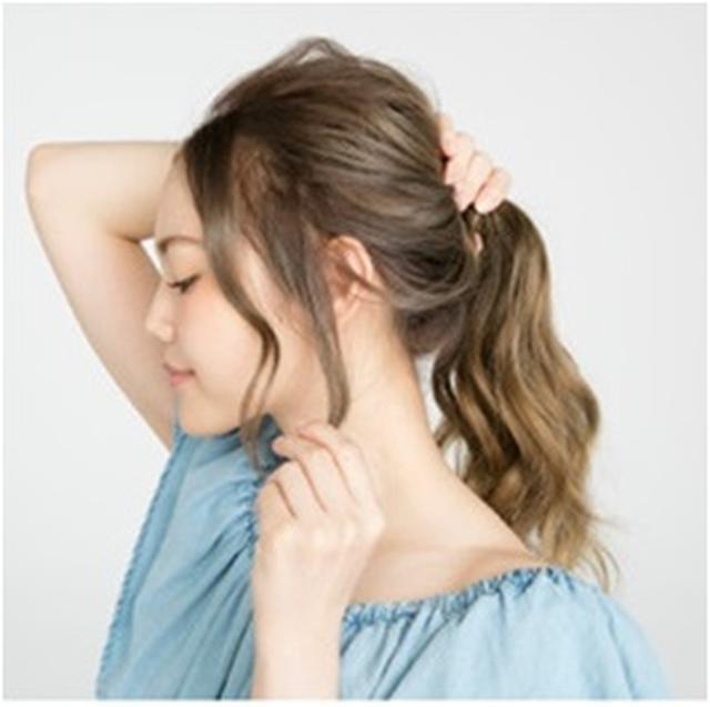 画像: ②顔まわりにはおくれ毛を残し、トップをつぶさないように注意しながら、手ぐしでラフにポニーテールをつくる。