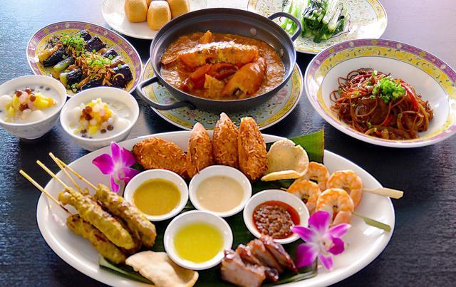 画像: ● チリクラブ&ホーカーズプレートセット 4,500円 シンガポールではホーカーと呼ばれる飲食店が軒を連ねる場所が点在しています。ホーカーは、シンガポールのソウルフードが詰まった活気ある場所です。ホーカーで提供されているオーセンティックな料理を楽しみながら、名物チリクラブも堪能できる大変お得なシンガポールを丸ごと楽しめるセットメニューです。 ≪メニュー≫揚げ茄子のサンバルソース/ホーカーズプレート/青菜炒め/名物チリクラブ/揚げパン(おかわり自由)/ブラックペッパー焼きそば/ボボチャチャ