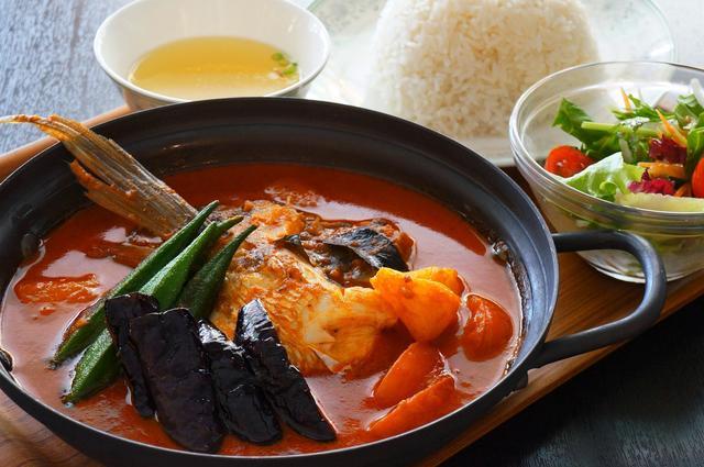 画像: ●フィッシュヘッドカレー/Fish Head Curry/口加口厘火悶(※)魚頭 1,620円 (ジャスミンライス、サラダ、スープ付) シンガポール名物の魚の頭を丸ごと煮込んだスパイスカレー。クミンやフェヌグリーク、コリアンダー等厳選したインドのカレースパイスを独自のレシピで調合したミックススパイスにサンバルソースやタマリンドを加え独特の辛味と酸味を表現。様々なスパイスにはデトックス効果やアンチエイジングの効能も。新鮮な真鯛の頭と地産の夏野菜、アクセントにパイナップルのフルーティーな香りを添えた福岡天神店限定シンガポールフィッシュヘッドカレー。