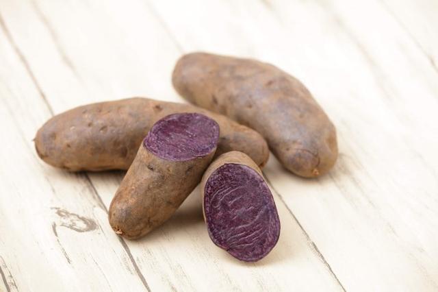 画像: シャドークイーン 皮、中身共に紫色で、加熱すると鮮やかな青色が特徴です。ポテトチップスで提供します。