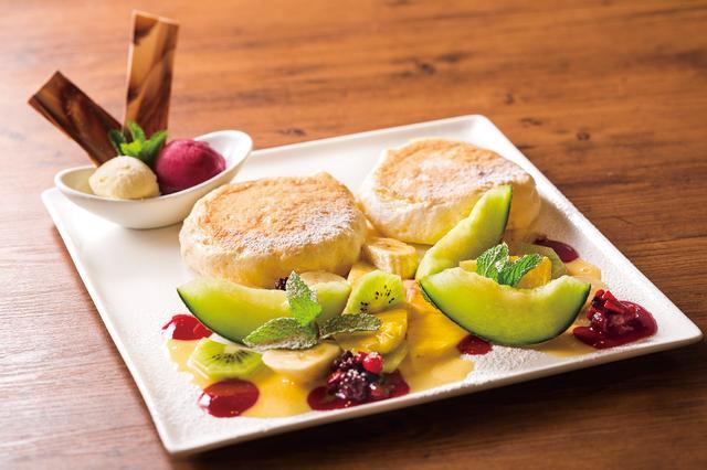 画像: ・リコッタチーズパンケーキ シーゾナルフルーツ With バニラアイス・カシスソルベ 蜂蜜メイプルシロップ添え 税別1280円 季節のフルーツをたっぷりのせた外せない逸品です。アイス2種を添えてご提供いたします。