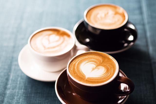 画像: ・カフェ ラテ 税別430円 やや深めの焙煎のエスプレッソ。苦みやコクがしっかりとし、ミルクとの相性は抜群。