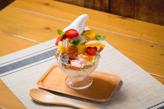 画像: ●朝パフェ ~南国フルーツとカラフル野菜のビタミン朝パフェ~ ¥780 カラフルトマト、パプリカ、マンゴー、ドラゴンフルーツ、クコの実、ヨーグルト、グラノーラ、キメ細やかでさっぱりしたのどごしの「もこもこソフトクリーム」を使ったカフェゼノンオリジナルパフェ。