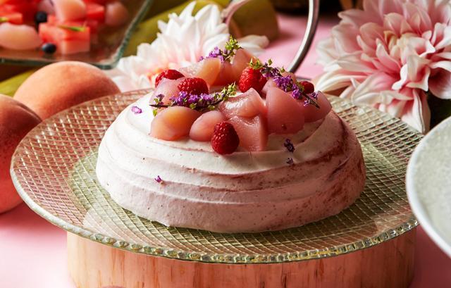画像: 【おすすめメニュー:桃と木苺のズコット】 イタリアンドルチェの定番!ズコットを桃と木苺で仕上げました。ドーム型の丸い形がユニークなトスカーナ生まれのクリームたっぷりのケーキです。ドームの中にはごろごろ入った桃と、木苺をアクセントに甘さを抑えたムースがたっぷり。見た目もキュートなズコットです。