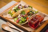 画像: ●パワーサラダのトルティーヤサンド ¥880 パワーサラダをトルティーヤの生地で巻いて食べるオープンサンドイッチ。
