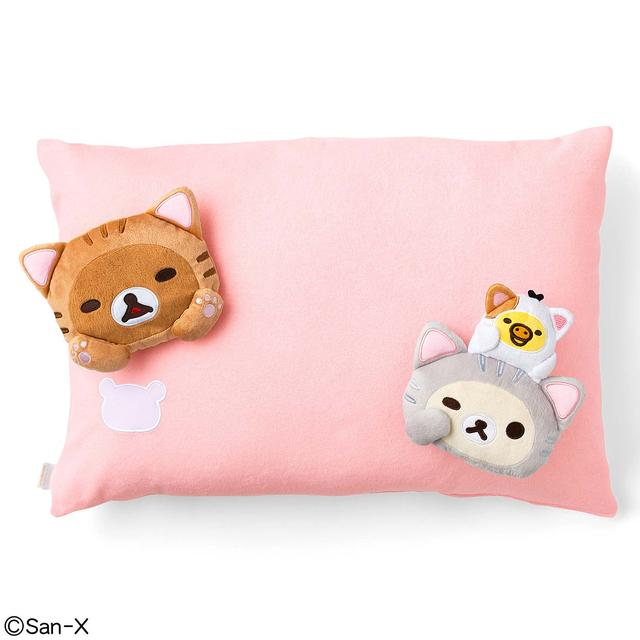 画像: 枕カバーは、猫の肉球のカラーをイメージした、やさしい肌ざわりのパイル地です。両サイドに添い寝をしてくれる猫リラックマたちに思いきりいやされて、一日のつかれをとってください。