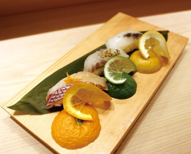 画像: 魚がし日本一「柑橘三貫セット」 特別メニュー :540円(Blue Moon 単品864円)  イカには炭塩とレモン、真鯛にはポン酢とオレンジ、スズキにはハーブ塩とライムの組み合わせ。フルーティで爽やかなBlue Moonに合わせ、3種類の柑橘類で召しあがれるマリアージュ三貫セットです。