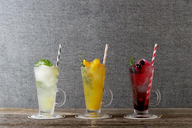 画像: (写真右)フローズンソーダ クランベリー  ¥800+tax ラズベリー&ローズのコーディアルソーダに、フローズンクランベリージュースとミックスベリーをトッピング。甘酸っぱくてすこし大人味のクランベリーフローズンソーダ。 (写真中央)フローズンソーダ オレンジマンゴー  ¥800+tax オレンジのソーダに、フローズンマンゴージュースとオレンジを浮かべたフローズンドリンク。まろやかなマンゴーの甘みがオレンジと美味しいバランス。 (写真左)フローズンソーダ アップルマスカット ¥800+tax アップルソーダに、爽やかな甘みのフローズン白ぶどうジュースとアップルを添えました。あっさりながらも、上品な味わいのフローズンソーダ。