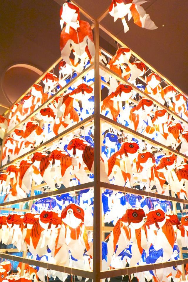画像: 天井高く装飾された「柳井金魚ちょうちん祭り」の展示は圧巻!