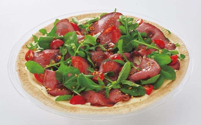 画像: 【ローストビーフの冷製ピザセット】 Mサイズ ¥2,300(税別) ドリンク2本付き ※伊藤園健康ミネラルむぎ茶、またはコカ・コーラ他各種ドリンクの中からお選びください。