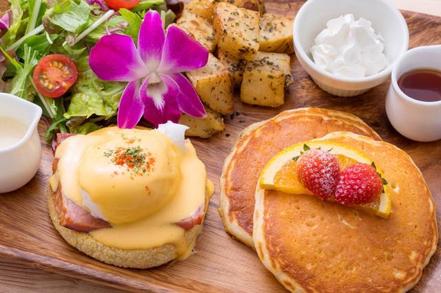 画像: モーニングメニュー エッグスベネディクト&パンケーキ/クラブケーキベネディクト&パンケーキ ケサディーヤ&レギュラーサラダ/アサイーボウル/レインボーパパイヤ・ボート 朝限定のセットメニュー。 定番のパンケーキとエッグベネディクトのセットは、1プレートで2つのお味を楽しむことができ、優雅な朝にぴったりです。アサイーボウルやパパイヤ・ボードは、ハワイを感じることができます。朝からあまり食べることができないという方におすすめです。 ※ホットコーヒーのみ、おかわり自由