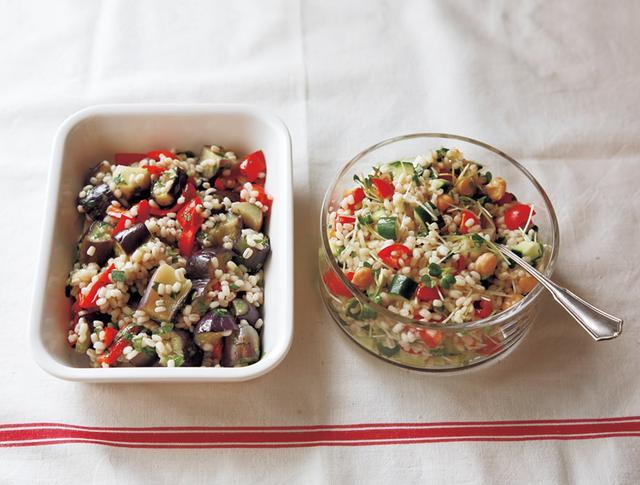 画像: (左)蒸しなすともち麦のマリネ(右)もち麦と豆とカラフル野菜のサラダ