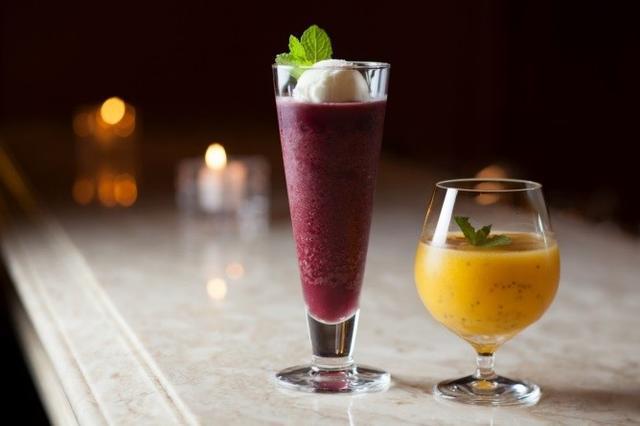画像: ■メインバー「ル・マーキー」『チアシード・フローズン』 話題のスーパーフードが手軽に摂れる、夏にぴったりなフローズンカクテル2種。氷のシャリシャリとチアシードのプチプチの食感を楽しめます。「チアシード・フローズン マンゴー」は、ゴジベリーを漬けたウォッカをベースにした一杯で、マンゴーの甘味とゴジベリーの酸味が溶け合う、トロピカルでありながらスッキリとした味わい。「チアシード・フローズン アサイー」は、添えられたヨーグルトアイスで味の変化を楽しみながらお召し上がりいただけます。