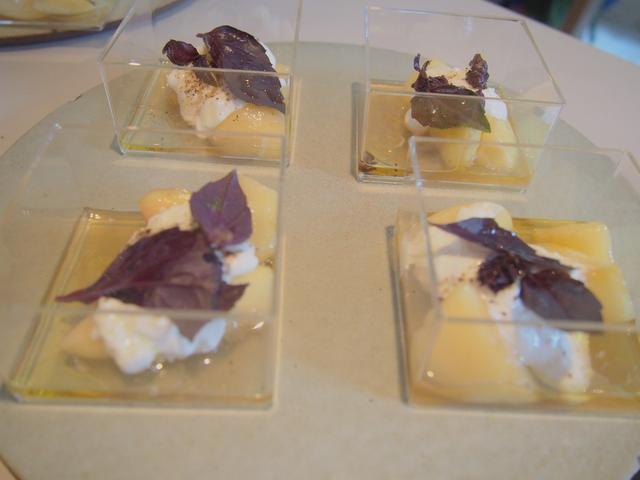 画像: 八巻淳司シェフのメニュー 「貴腐ワインビネガーでマリネした桃とブラータチーズ、レッドバジルのサラダ」