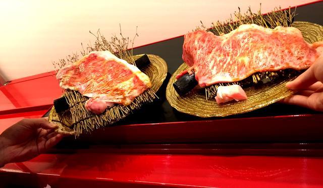 画像: 座席までレーンで運ばれてきたお肉を、自分で取って、その場で焼きます。