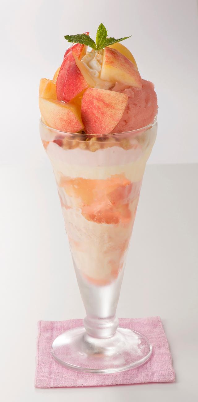 画像: ・フレッシュ桃のザ・サンデー 749円(税込808円) 食べやすいサイズにカットしたフレッシュの桃、10カット分と、桃のクリームやピーチゼリー、ピーチソースなど桃の魅力をぎゅっとグラスに重ねた桃づくしのサンデーです。マスカルポーネクリームのまろやかな甘みと、プラムソルベのすっきりとした酸味がアクセントに。最後のひとくちまで桃の香りと美味しさを味わっていただけます。