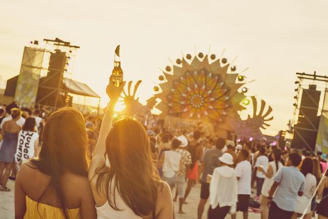 画像1: 灼熱の美らSUNビーチで15,000人が音楽に酔いしれる…