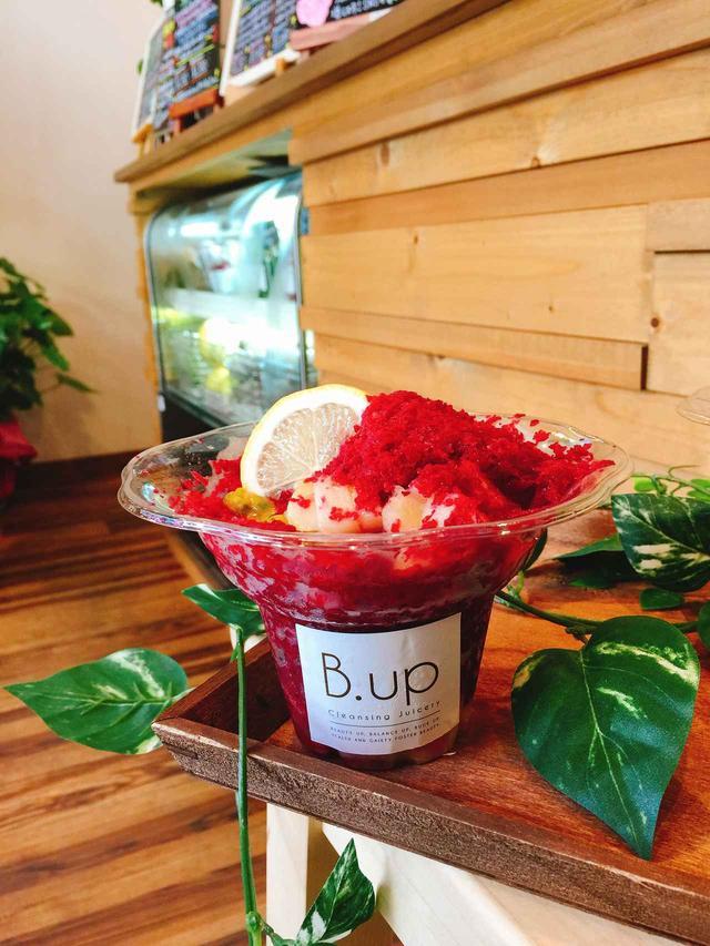 画像: 《apple beets》 リンゴと、「食べる輸血」とも言われるビーツをノーウォークジューサーで粉砕、プレスした果汁を凍らせて氷に!赤色とも葡萄色ともとれる不思議な色の氷には、両素材を粉砕した際の繊維質(パルプ)も使用しており、食べ応えもあると試食会でご好評をいただきました!コールドプレスジュースの専門店だからこそ出せる、シャーベットのような新食感のかき氷になっています。トッピングにはしっかりとした酸味と歯触りが楽しめるパッションフルーツと、まろやかな甘さが特徴の桃が加わり、果物の味を邪魔しないよう蜂蜜を優しく溶いたシロップがかかります。こちらも旬の果物をその時期に合わせて変えていくので、何度もお楽しみいただけます。 (発売当初は桃とパッションフルーツをトッピング予定です)