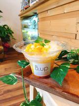画像: 《honey lemon》 ノーウォークジューサーでしっかりプレスしたパイナップルとレモンの100%天然果汁で作る氷をベースにした、蒸し暑い日にぴったりな、ほどよい酸味のかき氷。パイナップルとオレンジのカットをたっぷりとトッピングした上に降り掛かるのは、ノーウォークジューサーで搾ったレモンが効いた蜂蜜レモンシロップ。清涼感満点のスッキリさっぱりしたテイストで、うだるような暑さの日に是非食べていただきたいメニュー。ふわふわとしたかき氷の食感と、たっぷり乗ったパイナップルとオレンジ、蜂蜜レモンが織りなす酸味で強い日差しを浴びたからだを一気にクールダウン!