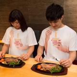 """画像: SNSで4万人がいいねした!""""カップヌードル食ってる風Tシャツ""""がヴィレッジヴァンガードで取り扱い開始!"""