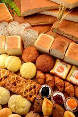 画像: 麻布十番モンタボーのノウハウを踏襲した焼きたてパンが店内に約30種類ほど並びます