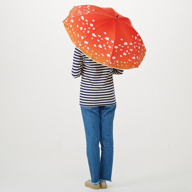 画像: 紅色の傘にポコポコした白い模様で、ベニテングタケの柄を再現しています。