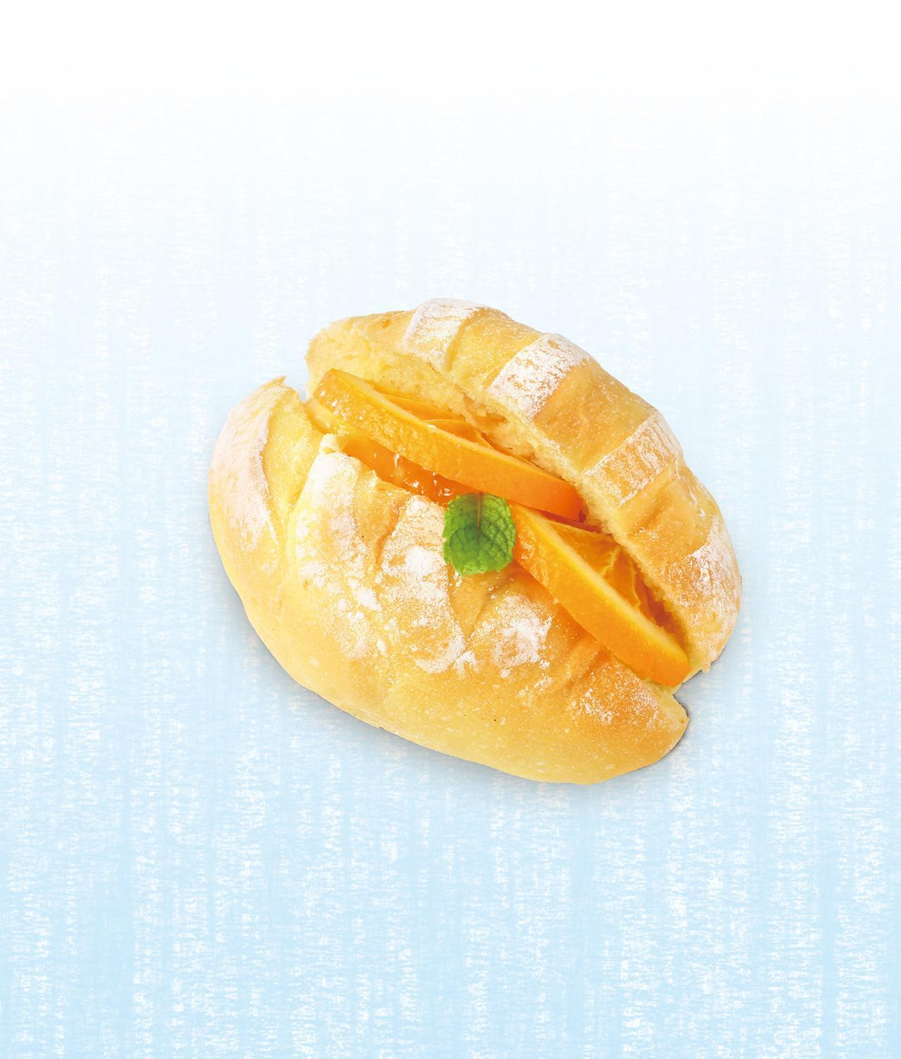 画像: オレンジとカスタードのサンド 本体価格¥230(税込価格¥249) 爽やかに香るマーマレードとオレンジスライス、まろやかな甘みのカスタードクリームをオレンジが香る生地にサンド。