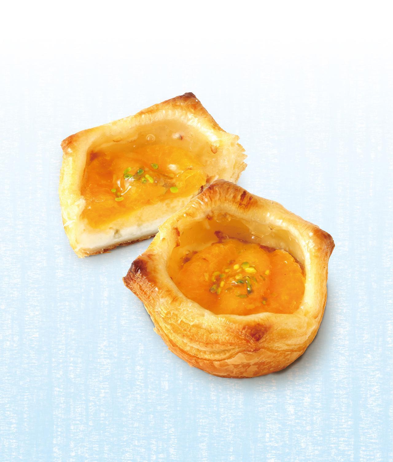 画像: グレープフルーツデニッシュ 本体価格¥280(税込価格¥303) デニッシュ生地に包まれたチーズクリームのコクのある風味で、グレープフルーツのみずみずしい味わいを引き立てました。