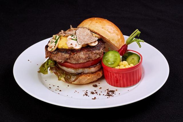 画像: A5 ランク山形牛とイタリア産サマートリュフの ジューシーバーガー ¥2,000 (ヒルズ ダル・マット) A5 ランク山形牛にフレッシュなサマートリュフを あしらった大人なバーガーは、トリュフ風味のマ ヨネーズと半熟に仕上げたスクランブルエッグが 肉の旨みをより一層引き立てます。