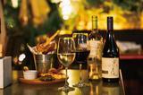 画像: ミスターファーマー 六本木 (ヒルサイド B2F) ※テラス席:38 席 ・オーガニックワイン ガンマ(ソービニヨンブラン/ビノノワール) グラス各¥700 ・お野菜チップス ¥990 ※テラスプランだと、グラス 2 杯+お野菜チップスで¥2000 のお得なプランもご用意。 お野菜カフェの夜飲みもヘルシー&ビーガンなスタイル。チリの自然 派ワイン「ガンマ」のハーブや柑橘のアロマが広がるソービニヨンブラ ン。ストロベリーやスパイシーなアロマのビノワールです。お店自慢の お野菜を使って作ったチップスはお酒が進む美味しさ。じゃがいもや ごぼう、さつまいもの甘みが口の中に広がります。