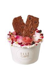 画像: オーガニックココナッツアイスの ピーチサンデー (エル カフェ) オーガニックの食材にこだわって作られた美容効果抜 群のひんやりスイーツ。有機ココナッツが練りこまれた アイスクリームに、夏が旬の桃を煮詰めたオリジナルの コンフィチュールを添えた一品。フローズンラズベリーの 酸味と、さくさくのチョコチップサブレが味のアクセント に。ナチュラル志向でヘルシーな夏スイーツです。