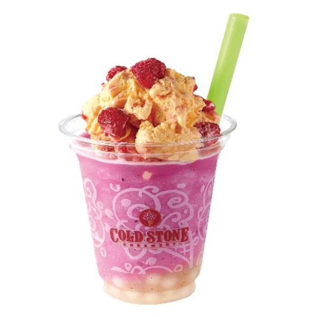 """画像: 【特長】 ライチタピオカを使用し、話題の""""ドラゴン フルーツ""""を混ぜたフローズンヨーグルト を注ぎました。上にのせたアイスクリーム はマンゴアイスクリームに酸味のあるラ ズベリーをミックス。 【内容】 レッドフローズンヨーグルトドリンク、ライ チタピオカ、マンゴアイスクリーム、ラズ ベリー"""