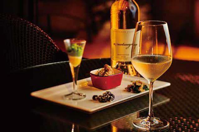 画像: ケンゾー エステイト ワイナリー (けやき坂通り 1-2F) ・あさつゆ asatsuyu 2016 (80ml) ¥1,296 ・日替わりおばんざい 各種¥600~ 清涼感と芳醇さをあわせ持つ唯一無二の白ワイン。ふくよかで凝縮感のある果実味を持 ちながら、爽やかな酸味が心地よい余韻として残ります。日替わりで和と洋の 2 パターンが 楽しめるおばんざいとのマリアージュがお楽しみいただける、贅沢なプランです。
