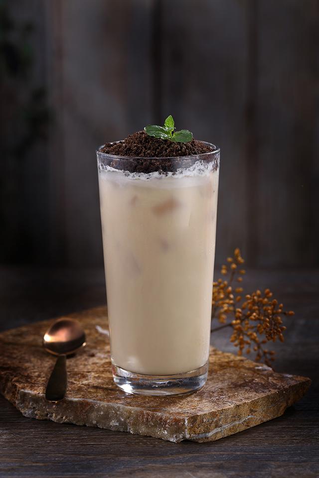 画像: THE ALLEY 三食感ミルクティー Mサイズ ¥600- 3つの願いを1回で叶えるTHE ALLEY名物ミルクティー。こだわりの3つの食感(タピオカ・ナタデココ・3色ゼリー)が楽しめる、アッサム茶ベースの一品。