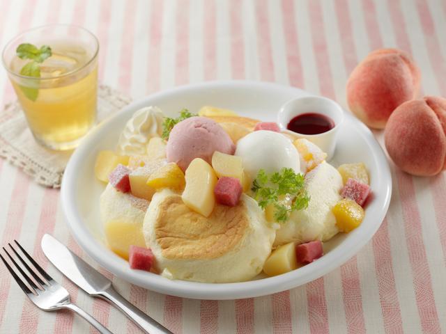 画像2: 旬の白桃をまるごと1個使ったパンケーキ「まるごと白桃レアチーズ」